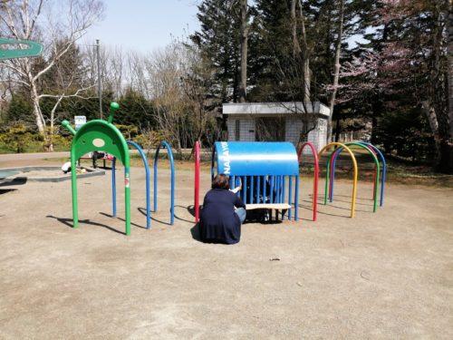 イモ虫のアーチ型トンネル遊具