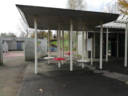 トイレの両脇には、シェルター型のあずま屋が設けられています。