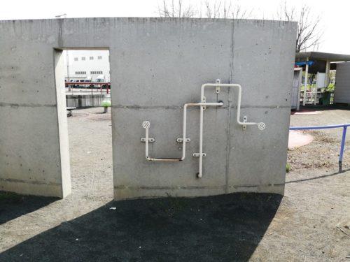 コンクリート塀の両側で糸電話のように声を伝える遊具が設置されています。