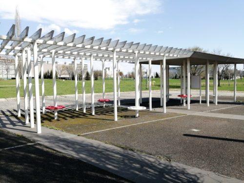 水景施設にはシェルター型のあずま屋が、設けられています。