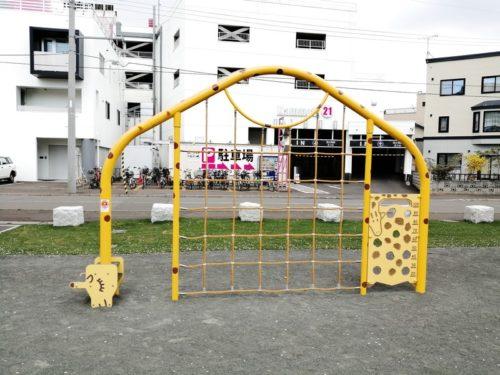 格子状のロープが張られた遊具