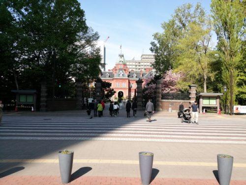 東門(正面)前の北海道庁旧本庁舎(赤れんが庁舎)