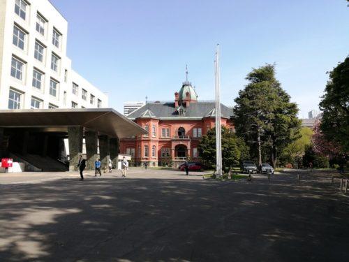 南門から敷地内に入った状態の北海道庁旧本庁舎(赤れんが庁舎)