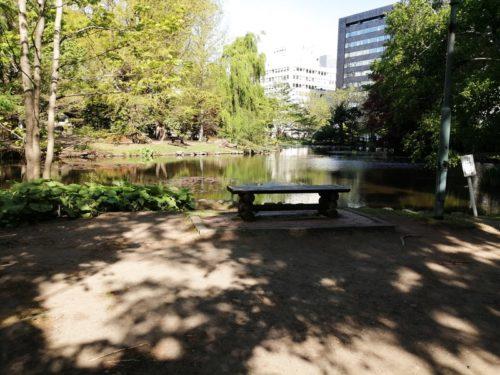 北門側の池の脇には複数のベンチが設置された広場
