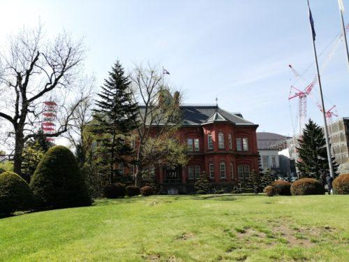 北門から敷地内に入った状態の北海道庁旧本庁舎(赤れんが庁舎)