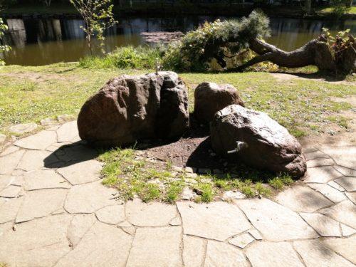 岩のモニュメントの水飲み場