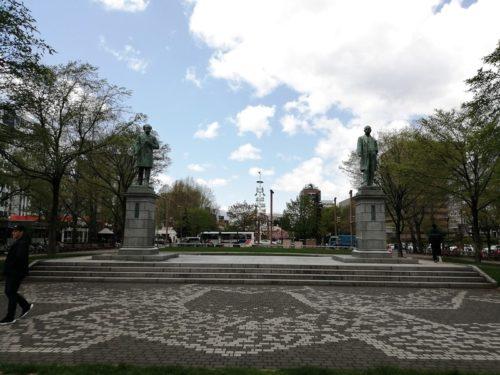 黒田清隆の像とーレス・ケプロンの像