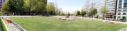 パノラマによる大通公園4丁目全体。