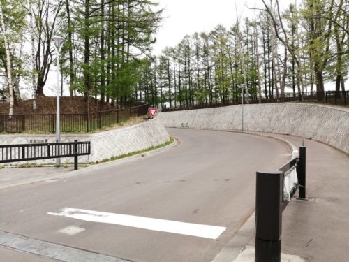 高台駐車場出入り口のスロープ