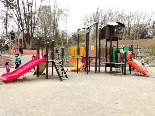 小さな子供も遊べるコンビネーション遊具