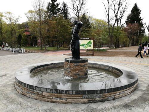 彫刻「壷をもつ女」の噴水