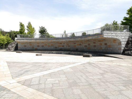 壁泉にあるプール