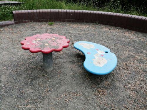 砂場内のテーブル