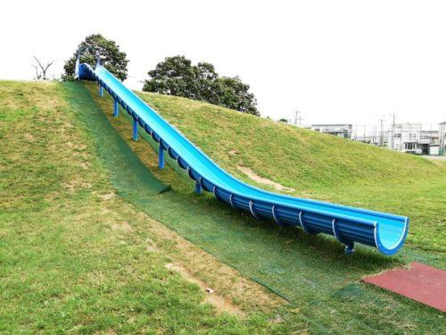 スキー山の傾斜を利用した、大型のすべり台