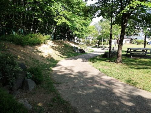 舗装された長い平坦な園道