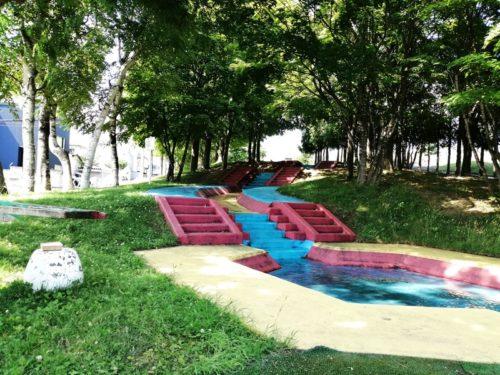 階段と中腹のプール