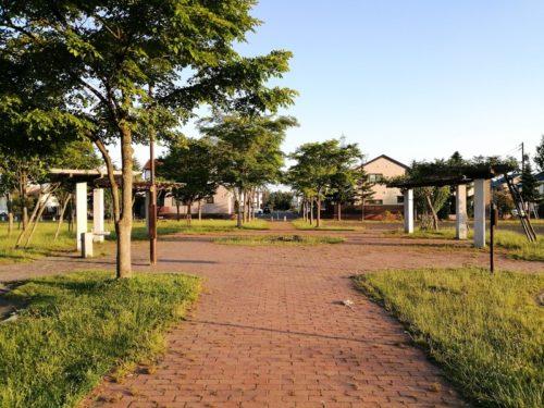 をレンガ調の園道