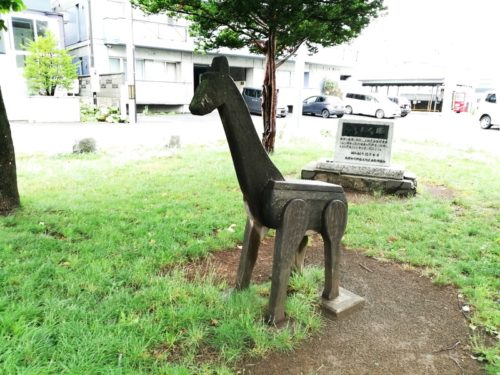 木で出来たキリンの遊具