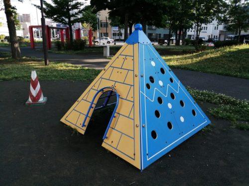 ピラミッド型の遊具