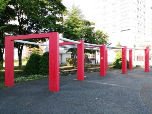 赤い柱のつる棚のパーゴラ