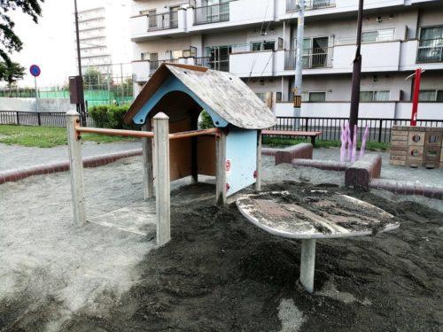 砂場内の遊具