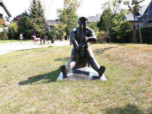 「切株にすわって」の銅像