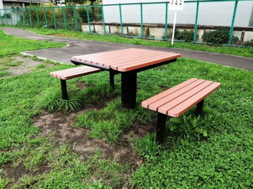対面式のテーブルベンチセット