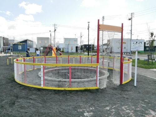 ネット柵に囲われた砂場