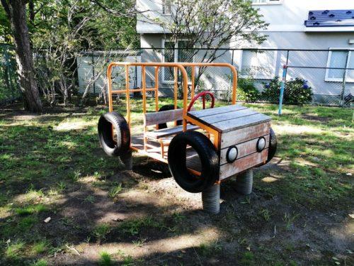 車の形をした遊具