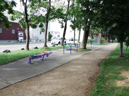 健康遊具が設置された広場