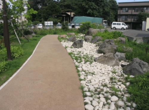 舗装された園道と枯れ川