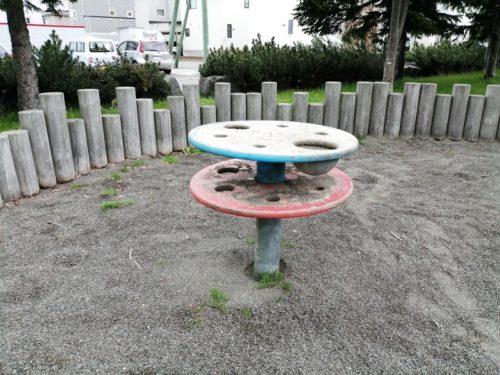 砂場内テーブル遊具