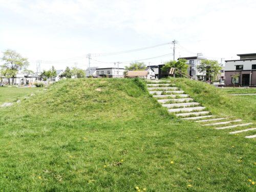 2メートルほどの高さの丘