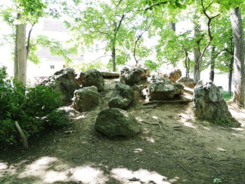 岩が乗った2メートルほどの高さの山